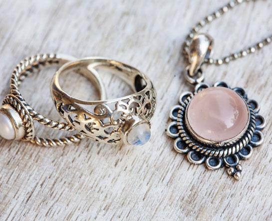 Bijou serti de quartz rose